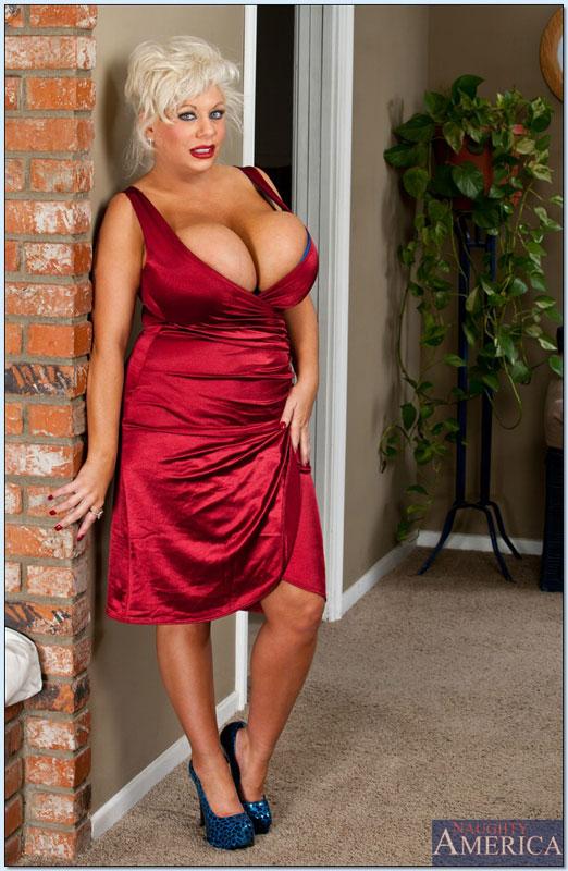 секс бассейне клаудия мария в малиновом платье фото тогда нужном